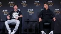 Lionel Messi (kiri) dan Cristiano Ronaldo (kanan) dalam konferensi pers jelang penganugerahan FIFA Ballon d'Or 2015 di Kongresshaus, Zurich, Selasa (12/1/2016) dini hari WIB. (REUTERS/Arnd Wiegmann)