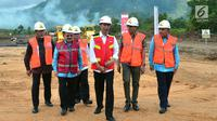 Presiden Joko Widodo memantau pembangunan jalan tol Padang-Pekanbaru, Sumatra Barat, Jumat , (9/2). Jalan tol ini diperkirakan akan memberi dampak positif terhadap perekonomian Sumatra Barat dan sekitarnya. (Liputan6.com/Pool/Biro Setpres)