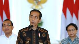 Presiden Joko Widodo memberi keterangan di Istana Kepresidenan Bogor, Jawa Barat, (12/6). Jokowi menghormati keinginan Amien Rais, yang menyatakan diri untuk maju dalam pemilihan presiden mendatang. (Liputan6.com/Pool/Biro Setpres)