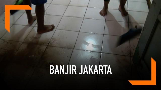 Banjir kembali menggenangi kawasan Pejaten, Jakarta Selatan. Air diduga berasal dari daerah Bogor, Jawa Barat. Mirisnya, banjir hadir di hari pertama sahur.