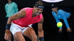 Petenis Spanyol, Rafael Nadal bereaksi saat menghadapi Dominic Thiem dari Austria pada perempat final Australia Terbuka di Melbourne, Australia, Rabu (29/1/2020). Nadal tumbang dari Dominic Thiem 6-7(3), 6-7(4), 6-4, 6-7(6). (AP Photo/Andy Wong)