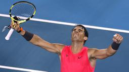 Petenis Spanyol, Rafael Nadal merayakan kemenangan usai mengalahkan Nick Kyrgios dari Australia selama pertandingan putaran keempat kejuaraan tenis Australia Terbuka di Melbourne, Australia (27/1/2020). Nadal berhasil menembus babak perempat final Australian Open 2020. (AP Photo/Andy Wong)