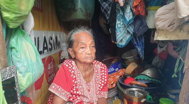 Mbah Hindun, salah satu penghuni kampung 1001 malam Dupak Surabaya (Dian Kurniawan/Liputan6.com)