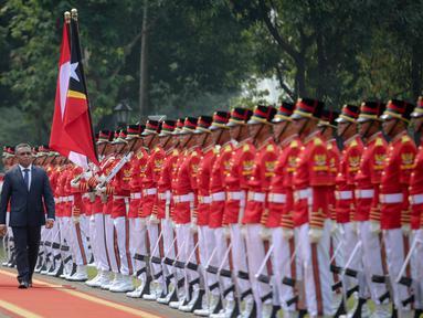 Presiden Jokowi (kiri) dan PM Timor Leste Rui Maria De Araujo berjalan memeriksa pasukan kehormatan Paspampres pada upacara kenegaraan di Istana Merdeka, Jakarta, Rabu (26/8). (Liputan6.com/Faizal Fanani)
