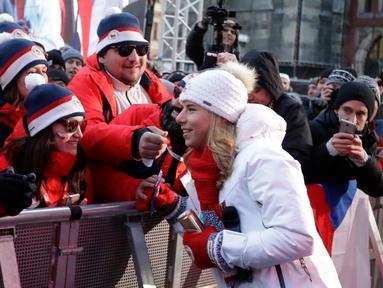 Altet Olimpiade Musim Dingin Ester Ledecka menyapa para warga Ceko di Old Town Square di Praha, Ceko (26/2). Ester Ledecka berhasil meraih dua medali dari dua nomor cabang olahraga yang berbeda, yakni ski dan snowboarding. (AP Photo / Petr David Josek)