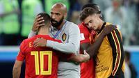 Asisten pelatih Belgia, Thierry Henry menghibur Eden Hazard pada akhir babak semifinal Piala Dunia 2018 melawan Prancis di Stadion St. Petersburg, Selasa (10/7). Upaya Belgia tampil di final berakhir usai takluk 0-1 dari Prancis. (AP/Petr David Josek)