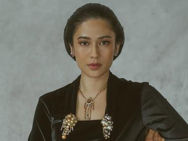 Dian Sastro mengenakan kebaya hitam yang dilengkapi dengan perhiasan lengkap. Dalam sesi pemotretan ini Dian berhasil memerankan keanggunan Kartini. (sumber: Liputan6.com/IG/therealdisastr)