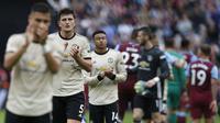 Bek Manchester United, Harry Maguire, menyapa suporter usai dikalahkan West Ham pada laga Premier League di Stadion London, London, Minggu (22/9). West Ham menang 2-0 atas MU. (AFP/Ian Kington)