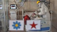 Petugas medis merawat bayi berusia 45 hari di Rumah Sakit Prof. Cemil Tascioglu Okmeydani di Istanbul, Turki, Selasa (12/5/2020). Bayi itu keluar dari ICU rumah sakit tersebut kota terbesar di Turki, pada Selasa (12/5) setelah menjalani perawatan infeksi COVID-19 selama sembilan hari. (Xinhua)