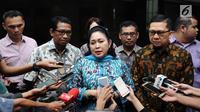 Wakil Ketua Dewan Pakar Partai Golkar, Siti Hediati Hariyadi (tengah) bersama Ketua GMPG A Doli Kurnia memberi keterangan usai pertemuan di Jakarta, Jumat (11/8). Keduanya meminta Setya Novanto mundur. (Liputan6.com/Helmi Fithriansyah)