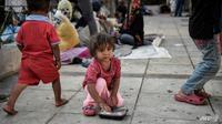 """Pada 2018, """"258 juta anak-anak dan remaja sepenuhnya tidak mendapat pendidikan, dengan kemiskinan sebagai hambatan utama untuk mengakses,"""" kata UNESCO. (Foto: AFP / Louisa GOULIAMAKI)"""