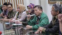 Anggota Dewan Pertimbangan Presiden, Suharso Monoarfa (kedua kanan) memberi keterangan pers di DPP PPP, Jakarta, Sabtu (16/3). Pada rapat tertutup, Pengurus PPP menunjuk Suharso Manoarfa menjadi Plt Ketum PPP. (Liputan6.com/Faizal Fanani)