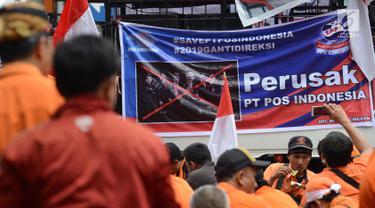 Pegawai PT Pos Indonesia (Persero) menggelar aksi di depan Kantor Kementerian BUMN, Jakarta, Rabu (6/2). Massa menuntut penggantian direksi karena dianggap tidak memuaskan para pegawai dan tidak mampu memenuhi hak pegawai. (Merdeka.com/Imam Buhori)