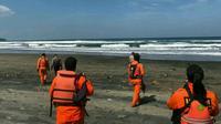 Nampak beberapa orang tim Basarnas tengah melakukan pencarian satu jenazah warga sekitar Pantai Cijeruk, yang hanyut terbawa ombak kemarin (Liputan6.com/Jayadi Supriadin)
