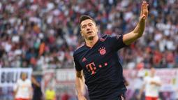 Striker Bayern Munchen, Roberto Lewandowski, merayakan gol yang dicetaknya ke gawang RB Leipzig pada laga Bundesliga 2019/20 di Leipzig, Sabtu (14/9). Kedua klub bermain imbang 1-1. (AFP/John Macdougall)