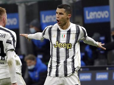 Striker Juventus, Cristiano Ronaldo, melakukan selebrasi usai mencetak gol ke gawang Inter Milan pada laga Coppa Italia di Stadion Giuseppe Meazza, Selasa (2/2/2021). Juventus menang dengan skor 2-1. (AP/Luca Bruno)