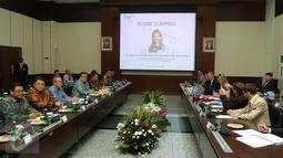Suasana pertemuan antara Menteri PPN/Kepala Bappenas Bambang Brodjonegoro dengan Ratu Belanda Maxima di Kantor Bappenas, Jakarta, Kamis (1/9). Ratu Maxima sendiri merupakan utusan khusus PBB di sektor financial inclusion. (Liputan6.com/Angga Yuniar)