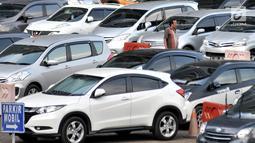 Warga berjalan menuju mobil yang diparkir di Park and Ride kawasan MH Thamrin, Jakarta, Kamis (6/12). Kenaikan tarif parkir akan mulai pertama kali diterapkan di IRTI Monas dan sejumlah kantong parkir milik Pemprov DKI Jakarta. (Merdeka.com/Iqbal Nugroho)