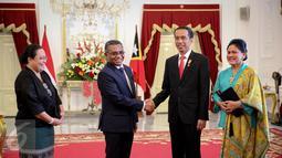 Presiden Jokowi berjabat tangan dengan PM Timor Leste Rui Maria De Araujo (kedua kiri) di Istana Merdeka, Jakarta, Rabu (26/8). Keduanya melakukan pertemuan bilateral untuk meningkatkan kerjasama Indonesia dan Timor Leste. (Liputan6.com/Faizal Fanani)