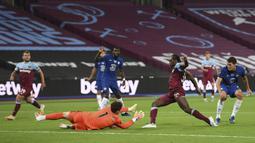 Kiper Chelsea Kepa Arrizabalaga berusaha mengehentikan bola yang dibawa pemain West Ham United Michail Antonio pada pertandingan Premier League di London Stadium, London, Inggris, Rabu (1/7/2020). West Ham United mengalahkan Chelsea 3-2. (Michael Regan/Pool via AP)