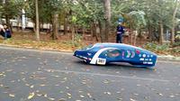 Sebuah prototipe mobil hemat energi melaju di Jalan Jakarta Kota Malang dalam ajang Kontes Mobil Hemat Enegeri 2019 (Liputan6.com/Zainul Arifin)