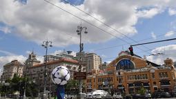 Suasana jalan utama Khreshchatyk yang dihiasi bola kaki besar di Kiev, Ukraina (22/5). Final Liga Champions antara Real Madrid dan Liverpool akan berlangsung pada 26 Mei mendatang di Olimpiyskiy Stadion. (AFP Photo/Sergei Supinsky)