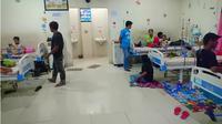 Sebanyak 35 orang pengungsi di Palu keracunan makanan. (Liputan6.com/Apriawan)