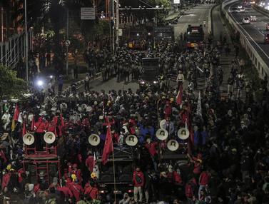 FOTO: Massa Aksi Tolak Omnibus Law Membubarkan Diri