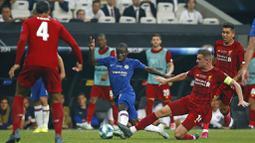 Gelandang Chelsea, N'Golo Kante, berusaha melewati pemain Liverpool pada laga Piala Super Eropa 2019 di Stadion Vodafone Park, Istanbul, Rabu (4/8). Liverpool mengalahkan Chelsea lewat adu penalti dengan skor 5-4. (AP/Emrah Gurel)