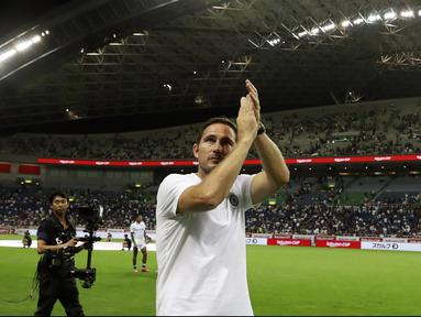 Pelatih Chelsea Frank Lampard bertepuk tangan menyapa suporter usai pertandingan melawan Barcelona pada laga perdana pramusim di Saitama Stadium 2002, Saitama (23/7/2019). Chelsea menang tipis atas Barcelona 2-1. (AP Photo/Eugene Hoshiko)