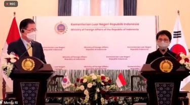 Menteri Luar Negeri RI, Retno Marsudi dan Menteri Luar Negeri Korea Selatan, Chung Eui-yong dalam press briefing pada Jumat (25/6/2021). (Photo: Kementerian Luar Negeri RI via Zoom)