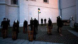 Para peserta yang mengenakan topeng mengikuti prosesi Paskah melewati jalan-jalan di Ceske Budejovice, Republik Ceko, Kamis (1/4/2021). Acara tradisional tetap berjalan meski ada larangan karena pandemi COVID-19. (AP Photo/Petr David Josek)