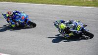 Valentino Rossi (kanan) dan Maverick Vinales melintasi lintasan saat kualifikasi MotoGP Italia di Sirkuit Mugello, Sabtu (21/5/2016). (Motorsport)
