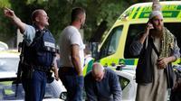 Polisi mengevakuasi orang-orang saat terjadi insiden penembakan di Masjid Al Noor, Christchurch, Selandia Baru, Jumat (15/3). Saat kejadian ada sekitar 300 orang yang tengah menjalankan ibadah salat Jumat. (AP Photo/Mark Baker)