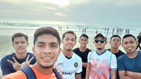 Para pemain Sriwijaya FC bersantai di Pantai Seminyak setibanya di Bali jelang semifinal Liga 2 2019. (Bola.com/Gatot Susetyo)