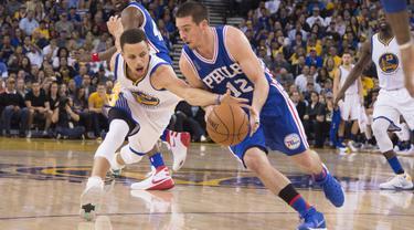 Pemain Warriors, Stephen Curry (30)mencoba merebut bola dari pemain Philadelphia 76ers, T.J. McConnell (12) pada lanjutan NBA di Oracle Arena, Minggu (27/3/2016). Warriors menang atas 76ers 117-105. (Mandatory Credit: Kyle Terada-USA TODAY Sports)