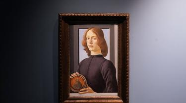 "Lukisan abad ke-15 Sandro Botticelli berjudul ""Young Man Holding a Roundel"" dipajang di Sotheby pada 23 September 2020, di New York. (AP Photo/Seth Wenig)"