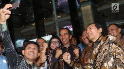 Presiden Joko Widodo berswafoto bersama pimpinan KPK pada peringatan Hari Antikorupsi Sedunia (Hakordia) 2018 di Jakarta, Selasa (4/12). Sejumlah ketua umum dan sekretaris jenderal partai politik menghadiri kegiatan ini. (Liputan6.com/Angga Yuniar)