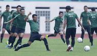 Gelandang Indonesia, Muhammad Hargianto, melakukan sesi latihan di Stadion Wibawa Mukti, Jawa Barat, Jumat (02/11/2018). Latihan tersebut dalam rangka persiapan jelang laga Piala AFF 2018.  (Bola.com/M Iqbal Ichsan)