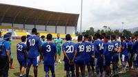 Pelatih Persib, Miljan Radovic, saat memberi pengarahan seusai latihan di SPOrT Arcamanik, Bandung. (Bola.com/Erwin Snaz)