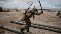 Tentara yang tergabung dalam Operation Mercury menghancurkan pipa yang digunakan oleh penambang ilegal untuk menambang emas di Provinsi Tambopata Peru, 27 Maret 2019. Tentara dan polisi akan menghancurkan mesin-mesin yang digunakan oleh para penambang ilegal. (AP Photo/Rodrigo Abd)
