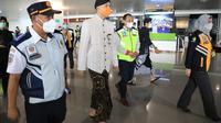 Adanya penumpang positif Covid-19 di Bandara Internasional Ahmad Yani Semarang membuat Gubernur Jawa Tengah Ganjar Pranowo melakukan sidak.