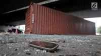 Kaca spion tergeletak di dekat kontainer pasca kecelakaan di kolong flyover Tomang, Jakarta, Kamis (28/6). Kecelakaan tersebut diduga akibat truk kelebihan muatan dan beruntung sang sopir hanya mengalami luka ringan. (Merdeka.com/Iqbal S. Nugroho)