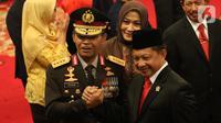 Kapolri Idham Azis (kiri) salam komando dengan Menteri Dalam Negeri Tito Karnavian (kanan) setelah upacara pelantikan di Istana Negara, Jakarta, Jumat (1/11/2019). Idham Azis dilantik menjadi Kapolri menggantikan Tito Karnavian yang diangkat menjadi Mendagri. (Liputan6.com/Angga Yuniar)