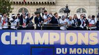 Timnas Prancis mengikuti pawai dengan bus atap terbuka merayakan juara Piala Dunia 2018 di jalan Champs Elysees, Paris, Senin (16/7). Prancis menggelar pesta besar penyambutan sekaligus parade kemenangan bagi skuad Les Bleus. (Eric Feferberg/Pool via AP)