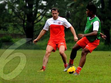 Ivan Bosnjak (kiri) berusaha merebut bola dari kaki salah pemain Persija Jakarta saat berlatih di POR Sawangan Depok pada Jumat 24 januari 2014 (Liputan6.com/Helmi Fithriansyah).