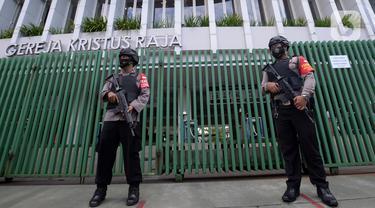 Polisi bersenjata berjaga di depan halaman Gereja Kristus Raja, Jakarta Jumat (2/4/2021). Penjagaan ini untuk pengamanan umat kristiani yang sedang melakukan ibadah Jumat Agung pada perayaan Paskah. (merdeka.com/Imam Buhori)