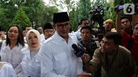 Kader Partai Gerindra, Sandiaga Uno didampingi istri Nur Asia tiba menghadiri Rapimnas dan Apel Kader Partai Gerindra di Hambalang, Kabupaten Bogor, Jawa Barat, Rabu (16/10/2019).  (Liputan6.com/Herman Zakharia)