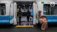 Penumpang menaiki kereta MRT di Stasiun MRT, kawasan Jakarta, Senin (15/2/2021). Selama Pemberlakuan Pembatasan Kegiatan Masyarakat (PPKM) Berbasis Mikro mulai 11 Februari 2021 jadwal operasional MRT mengalami penyesuaian. (Liputan6.com/Johan Tallo)