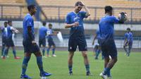Bek Persib Bandung asal Belanda Nick Kuipers sudah mengikuti sesi latihan tim di Stadion Gelora Bandung Lautan Api, Sabtu (6/3/2021). (Foto: MO Persib)
